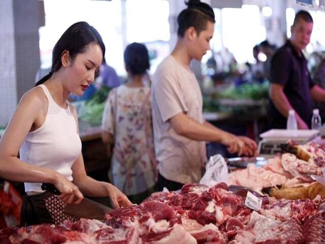 Giá thịt lợn bị thổi lên gần 300.000 đồng/kg, người dân sợ, tiểu thương khóc ròng-1