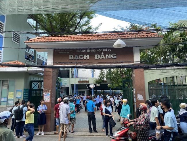 Hiệu trưởng THCS Bạch Đằng quyết định cho học sinh đi học ngay sau sự cố cây phượng đổ: Phụ huynh lo lắng nhưng tin vào trường-2