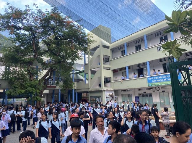 Hiệu trưởng THCS Bạch Đằng quyết định cho học sinh đi học ngay sau sự cố cây phượng đổ: Phụ huynh lo lắng nhưng tin vào trường-5