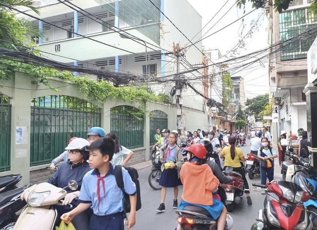 Hiệu trưởng THCS Bạch Đằng quyết định cho học sinh đi học ngay sau sự cố cây phượng đổ: Phụ huynh lo lắng nhưng tin vào trường-6