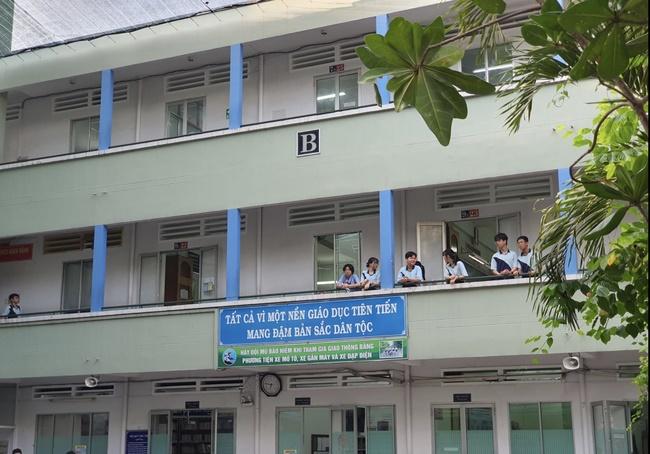 Hiệu trưởng THCS Bạch Đằng quyết định cho học sinh đi học ngay sau sự cố cây phượng đổ: Phụ huynh lo lắng nhưng tin vào trường-10