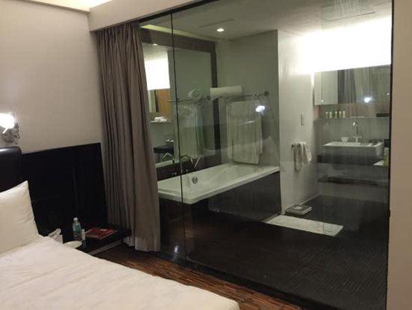 Thấy khách sạn hay để kính nhà vệ sinh trong suốt, về làm theo và kết quả bất ngờ-2