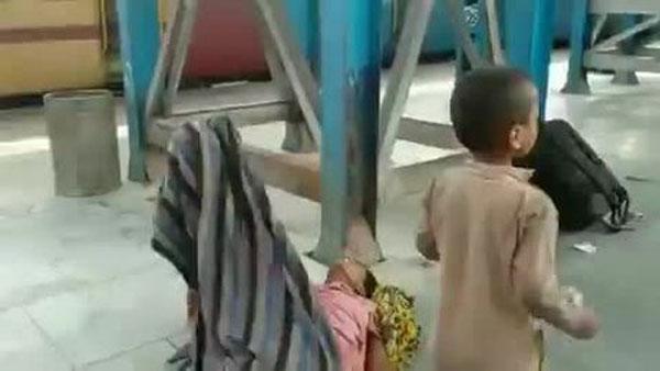 Nghẹn lòng bé trai cố đánh thức mẹ vừa qua đời do nắng nóng kỷ lục ở Ấn Độ-1