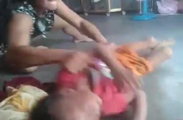 Clip : Phẫn nộ cảnh người phụ nữ bóp cổ, dùng chân đạp liên tiếp vào người bé trai ở Bình Dương-4