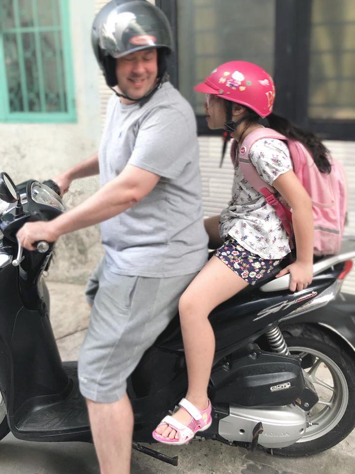 Vợ cũ MC Thành Trung Thu Phượng hạnh phúc bên bạn trai ngoại quốc, yêu thương chiều chuộng con gái như bố đẻ-5
