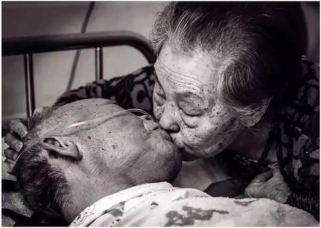 Bức ảnh khiến hàng tỷ người rơi lệ: Từ đôi thanh mai trúc mã trở thành vợ chồng và nụ hôn động viên tạo nên kỳ tích cho người đang nguy kịch-12