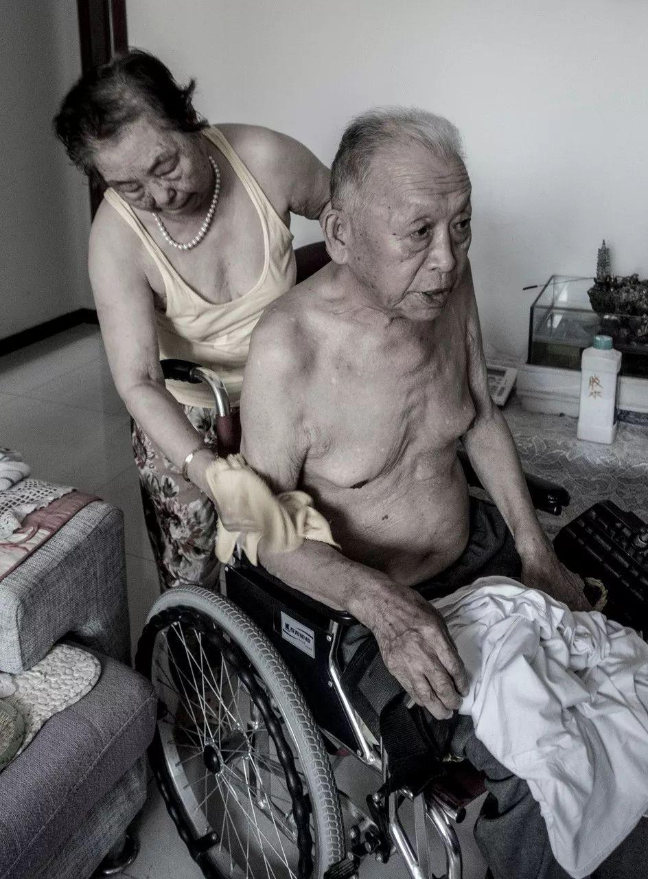 Bức ảnh khiến hàng tỷ người rơi lệ: Từ đôi thanh mai trúc mã trở thành vợ chồng và nụ hôn động viên tạo nên kỳ tích cho người đang nguy kịch-11