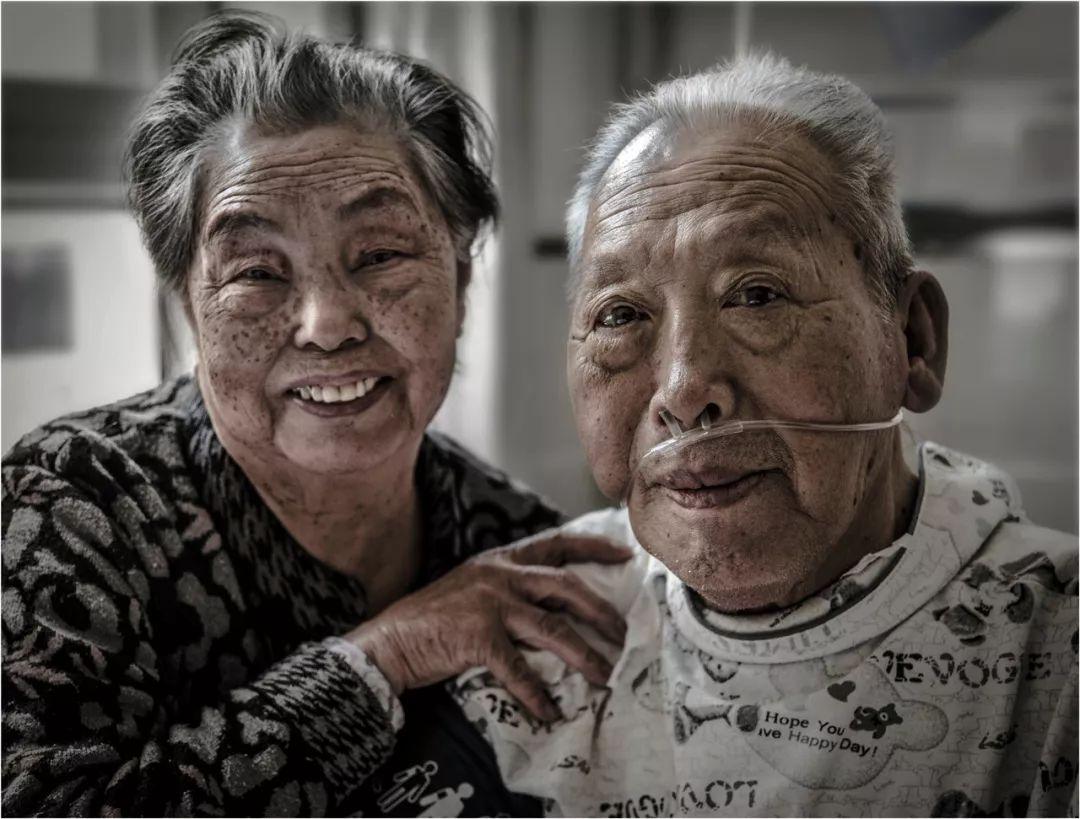 Bức ảnh khiến hàng tỷ người rơi lệ: Từ đôi thanh mai trúc mã trở thành vợ chồng và nụ hôn động viên tạo nên kỳ tích cho người đang nguy kịch-17