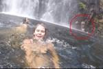 Đi chơi ở thác nước, cô gái cầm máy ghi hình kỉ niệm nhưng tình cờ quay được vụ tai nạn phía sau và khoảnh khắc cuối đời của một người