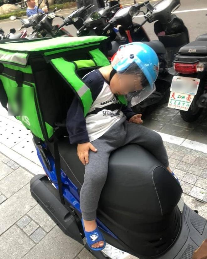 Em bé ngủ gật trên xe khi cùng bố đi ship hàng khiến dân mạng xúc động-1