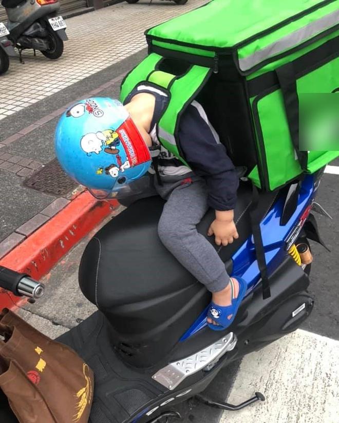 Em bé ngủ gật trên xe khi cùng bố đi ship hàng khiến dân mạng xúc động-2