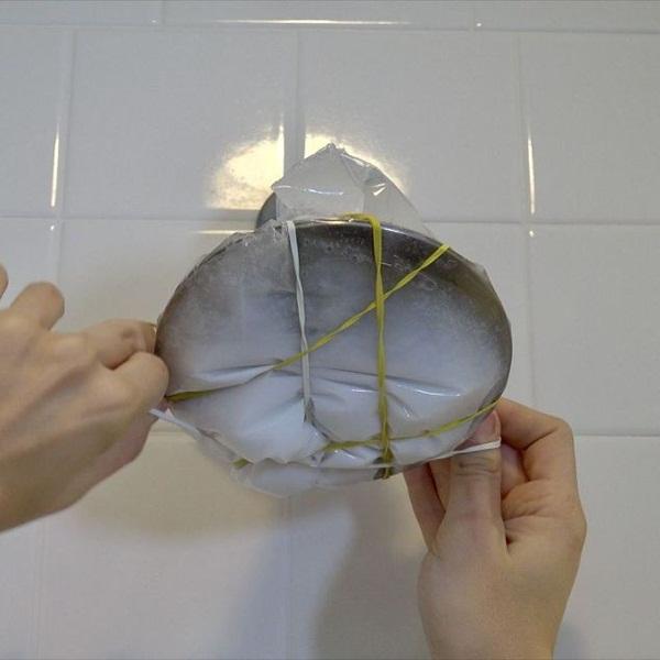 Nhiều người đang tắm dưới vòi hoa sen đầy cặn bẩn mà không biết đây là cách vệ sinh nó-4