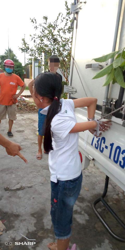 Bé gái ăn trộm tiền, ông bà và bố mẹ liền trói vào thùng xe tải đánh túi bụi, thời đại nào rồi còn dạy trẻ bằng đòn roi?-1