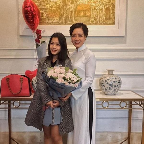 Con gái út 16 tuổi nhà nghệ sĩ Chiều Xuân gây choáng với màn khóa môi bạn trai tình tứ-1