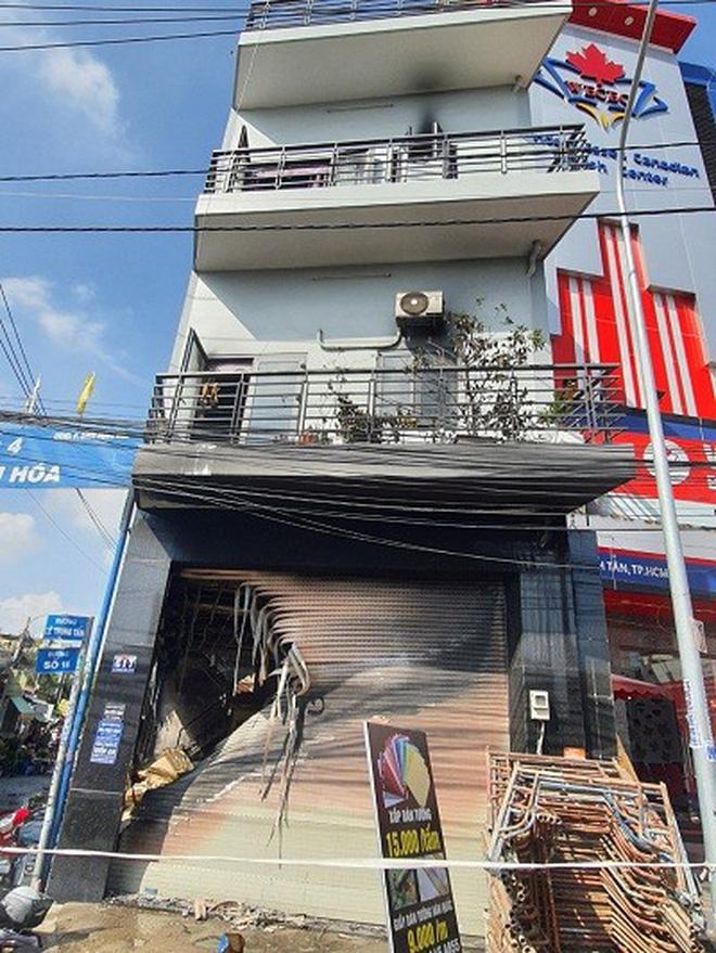 Giải cứu 7 người mắc kẹt trong căn nhà bốc cháy dữ dội ở Sài Gòn-1