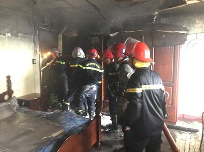 Giải cứu 7 người mắc kẹt trong căn nhà bốc cháy dữ dội ở Sài Gòn-2