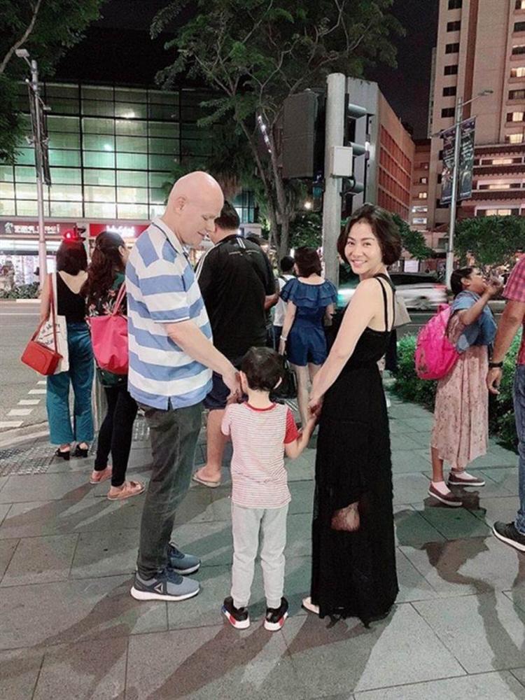 Thu Minh khoe chồng Tây dạy học cho con trai, nhưng dân mạng tinh ý phát hiện ra chi tiết khác lạ từ cả 2 bố con-2
