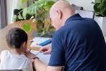Thu Minh khoe chồng Tây dạy học cho con trai, nhưng dân mạng tinh ý phát hiện ra chi tiết 'khác lạ' từ cả 2 bố con
