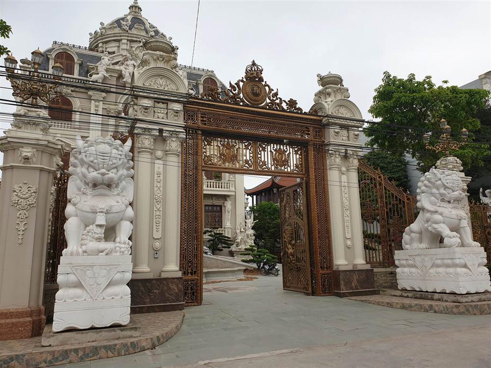 Choáng váng trước tòa lâu đài xây gần 10 năm của triệu phú Nam Định, ngày cưới cô dâu nhận vương miện 100 cây vàng-4