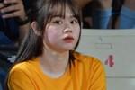 Huỳnh Anh tạo dáng chụp ảnh khi cổ vũ Quang Hải: Cũng xinh tươi lắm chứ, do góc máy chẳng may 'dìm' thôi