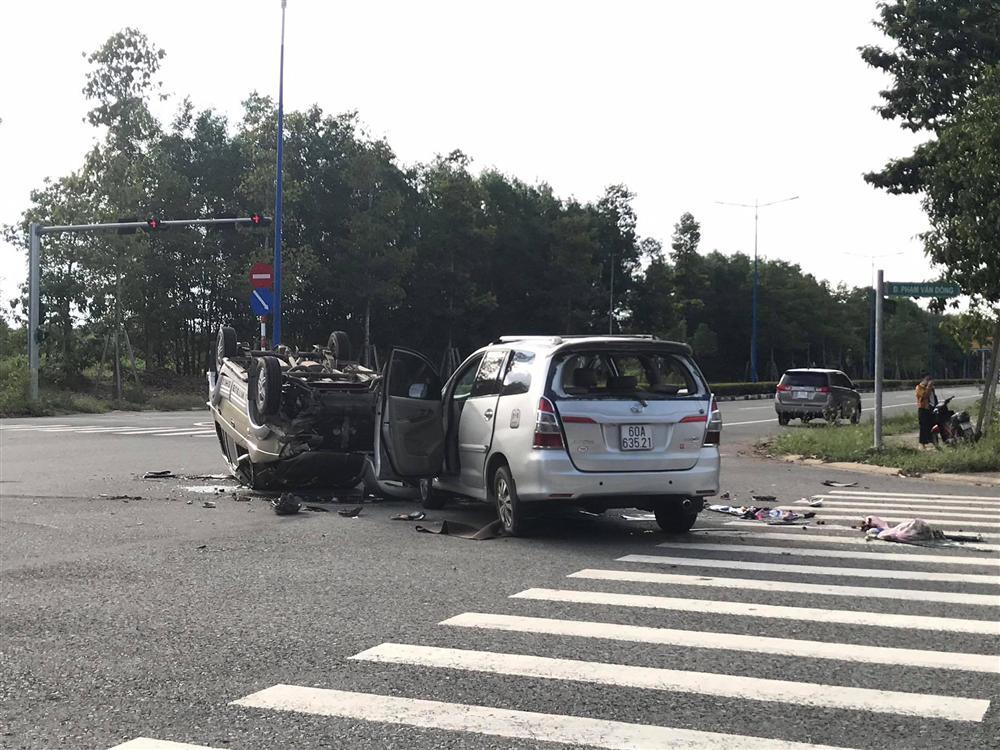 Hai ô tô chở nhiều trẻ nhỏ tông nhau giữa ngã tư rồi lật ngửa, ít nhất 7 người bị thương-2