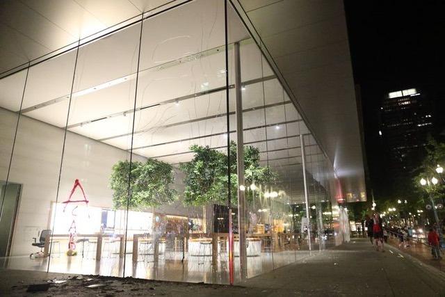 Số phận những chiếc iPhone bị nhóm bạo loạn đánh cắp ở Apple Store-2