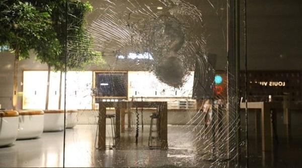 Người biểu tình tàn phá Apple Store và nhiều cửa hàng Mỹ-2