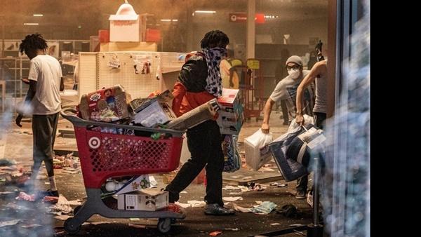 Người biểu tình tàn phá Apple Store và nhiều cửa hàng Mỹ-4