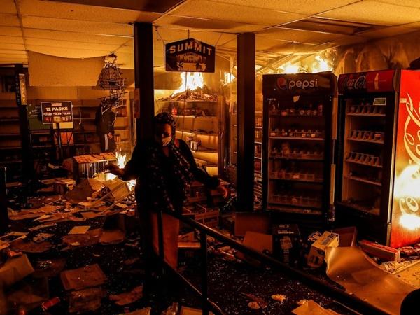 Người biểu tình tàn phá Apple Store và nhiều cửa hàng Mỹ-5