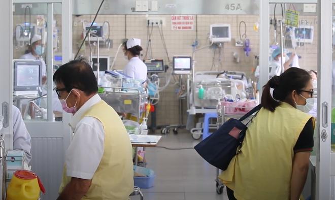 Vụ cháy nhà 3 tầng khiến người chồng tử vong ở Sài Gòn: Người vợ bị suy hô hấp, không tự thở được phải nhờ đến máy-4