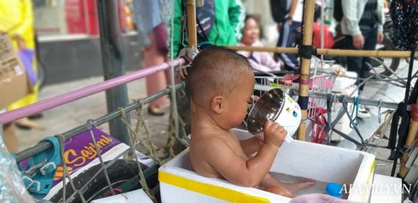 Xót xa bé trai hơn 1 tuổi mẹ đi tù, quanh năm trần truồng đi theo người đàn ông lạ ở Hà Nội-4