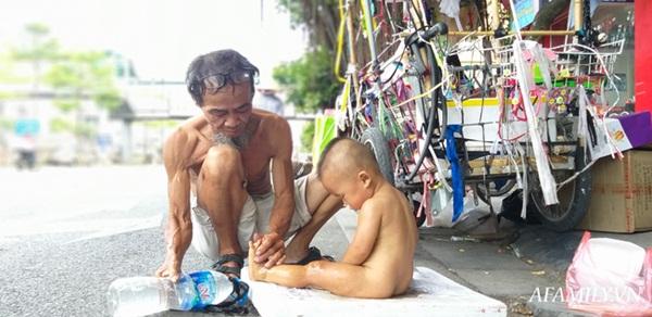 Xót xa bé trai hơn 1 tuổi mẹ đi tù, quanh năm trần truồng đi theo người đàn ông lạ ở Hà Nội-5
