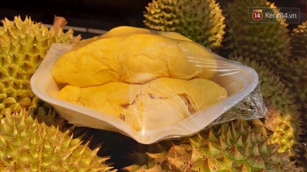 Sầu riêng bao ăn chất đống khắp vỉa hè Sài Gòn với giá siêu rẻ chỉ 50.000 đồng/kg: Gặp hạn mặn nên bán được đồng nào hay đồng đó!-10