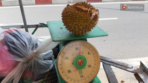 Sầu riêng bao ăn chất đống khắp vỉa hè Sài Gòn với giá siêu rẻ chỉ 50.000 đồng/kg: Gặp hạn mặn nên bán được đồng nào hay đồng đó!-2