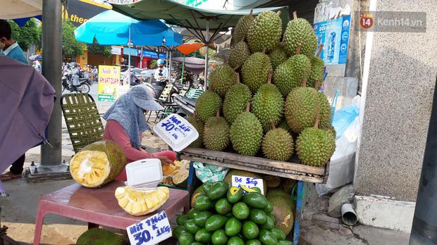 Sầu riêng bao ăn chất đống khắp vỉa hè Sài Gòn với giá siêu rẻ chỉ 50.000 đồng/kg: Gặp hạn mặn nên bán được đồng nào hay đồng đó!-4