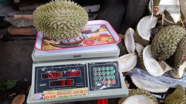 Sầu riêng bao ăn chất đống khắp vỉa hè Sài Gòn với giá siêu rẻ chỉ 50.000 đồng/kg: Gặp hạn mặn nên bán được đồng nào hay đồng đó!-6