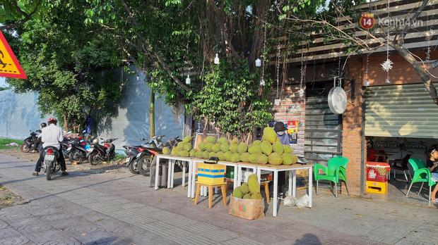Sầu riêng bao ăn chất đống khắp vỉa hè Sài Gòn với giá siêu rẻ chỉ 50.000 đồng/kg: Gặp hạn mặn nên bán được đồng nào hay đồng đó!-7