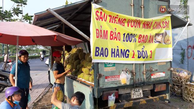 Sầu riêng bao ăn chất đống khắp vỉa hè Sài Gòn với giá siêu rẻ chỉ 50.000 đồng/kg: Gặp hạn mặn nên bán được đồng nào hay đồng đó!-8