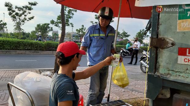 Sầu riêng bao ăn chất đống khắp vỉa hè Sài Gòn với giá siêu rẻ chỉ 50.000 đồng/kg: Gặp hạn mặn nên bán được đồng nào hay đồng đó!-9