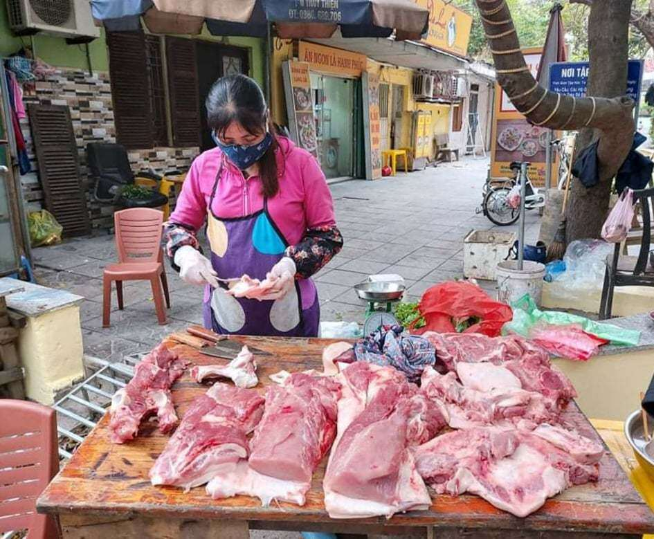 Sau quyết định nhập lợn sống về giết mổ để bình ổn giá, giá lợn hơi giảm nhẹ nhưng giá thịt ở chợ dân sinh vẫn ở mức gần 200 nghìn đồng/kg-1