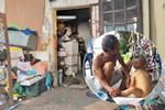 Cám cảnh nơi ở của bé trai hơn 1 tuổi có mẹ đi tù, ở cùng người đàn ông lạ trong khu 'ổ chuột'
