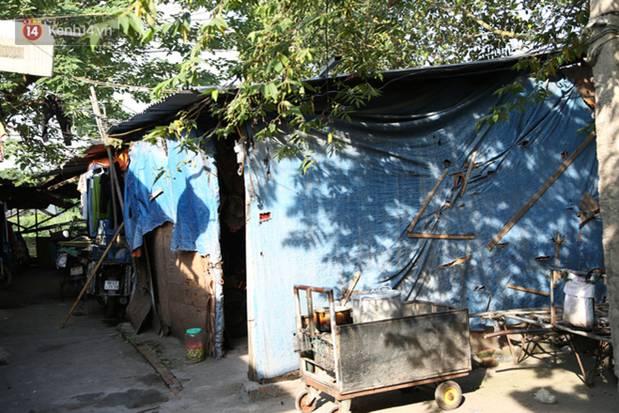 Người nghèo oằn mình trong căn phòng trọ bằng tôn cao chưa đầy 4m dưới nắng nóng 50 độ ở Hà Nội: Giữa trưa hơi nóng phả xuống không khác gì cái lò nướng cỡ lớn-1