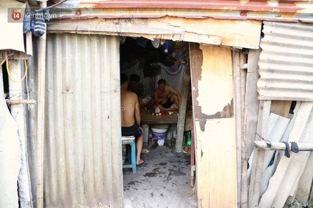 Người nghèo oằn mình trong căn phòng trọ bằng tôn cao chưa đầy 4m dưới nắng nóng 50 độ ở Hà Nội: Giữa trưa hơi nóng phả xuống không khác gì cái lò nướng cỡ lớn-2