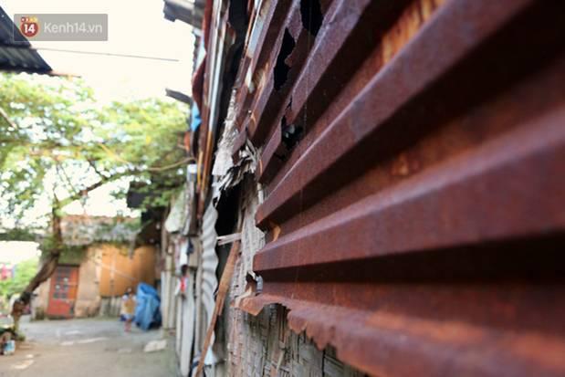 Người nghèo oằn mình trong căn phòng trọ bằng tôn cao chưa đầy 4m dưới nắng nóng 50 độ ở Hà Nội: Giữa trưa hơi nóng phả xuống không khác gì cái lò nướng cỡ lớn-4