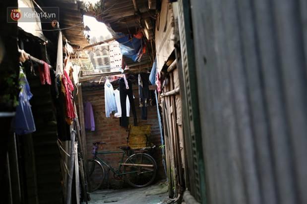 Người nghèo oằn mình trong căn phòng trọ bằng tôn cao chưa đầy 4m dưới nắng nóng 50 độ ở Hà Nội: Giữa trưa hơi nóng phả xuống không khác gì cái lò nướng cỡ lớn-10