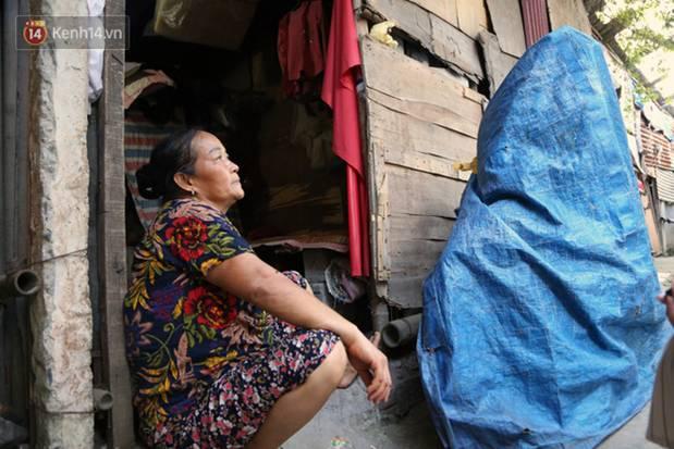 Người nghèo oằn mình trong căn phòng trọ bằng tôn cao chưa đầy 4m dưới nắng nóng 50 độ ở Hà Nội: Giữa trưa hơi nóng phả xuống không khác gì cái lò nướng cỡ lớn-11