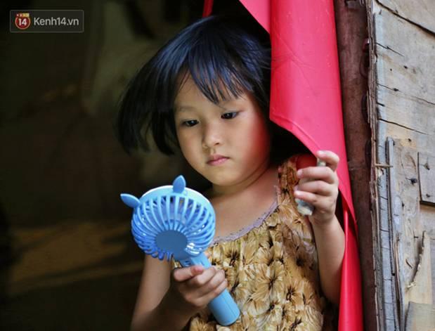 Người nghèo oằn mình trong căn phòng trọ bằng tôn cao chưa đầy 4m dưới nắng nóng 50 độ ở Hà Nội: Giữa trưa hơi nóng phả xuống không khác gì cái lò nướng cỡ lớn-12