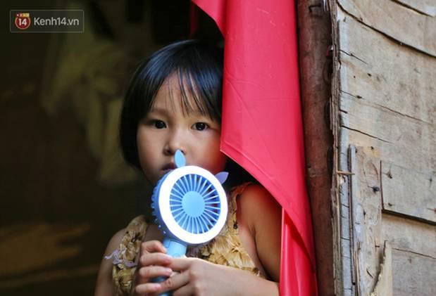 Người nghèo oằn mình trong căn phòng trọ bằng tôn cao chưa đầy 4m dưới nắng nóng 50 độ ở Hà Nội: Giữa trưa hơi nóng phả xuống không khác gì cái lò nướng cỡ lớn-13