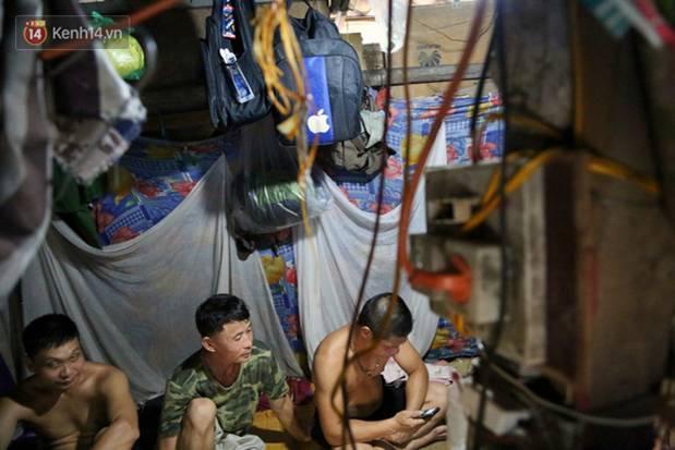 Người nghèo oằn mình trong căn phòng trọ bằng tôn cao chưa đầy 4m dưới nắng nóng 50 độ ở Hà Nội: Giữa trưa hơi nóng phả xuống không khác gì cái lò nướng cỡ lớn-5