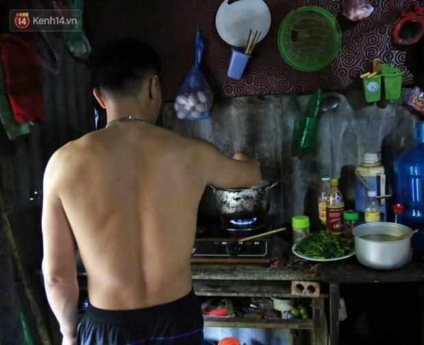 Người nghèo oằn mình trong căn phòng trọ bằng tôn cao chưa đầy 4m dưới nắng nóng 50 độ ở Hà Nội: Giữa trưa hơi nóng phả xuống không khác gì cái lò nướng cỡ lớn-8